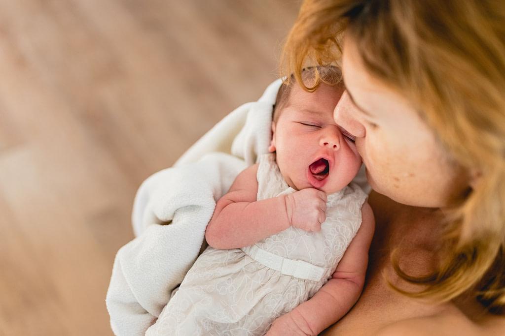 žena šestinedělí novorozenec
